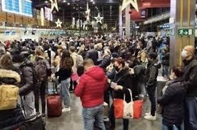 Foto's van opeengepakte passagiers op luchthaven Charleroi r... - Het  Nieuwsblad Mobile